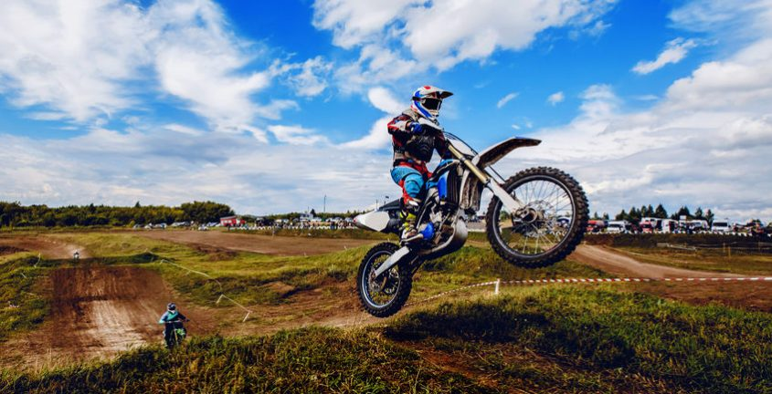 Un homme qui fait du motocross