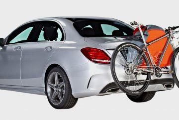 Un porte vélo de voiture en stationnement