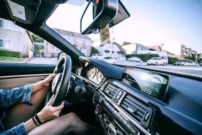 Une femme qui conduit une voiture