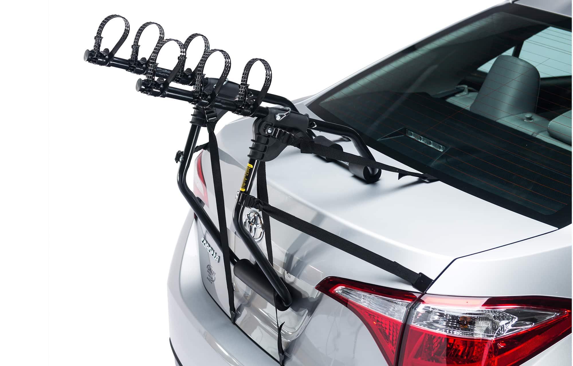 Un porte vélo sur le coffre de la voiture