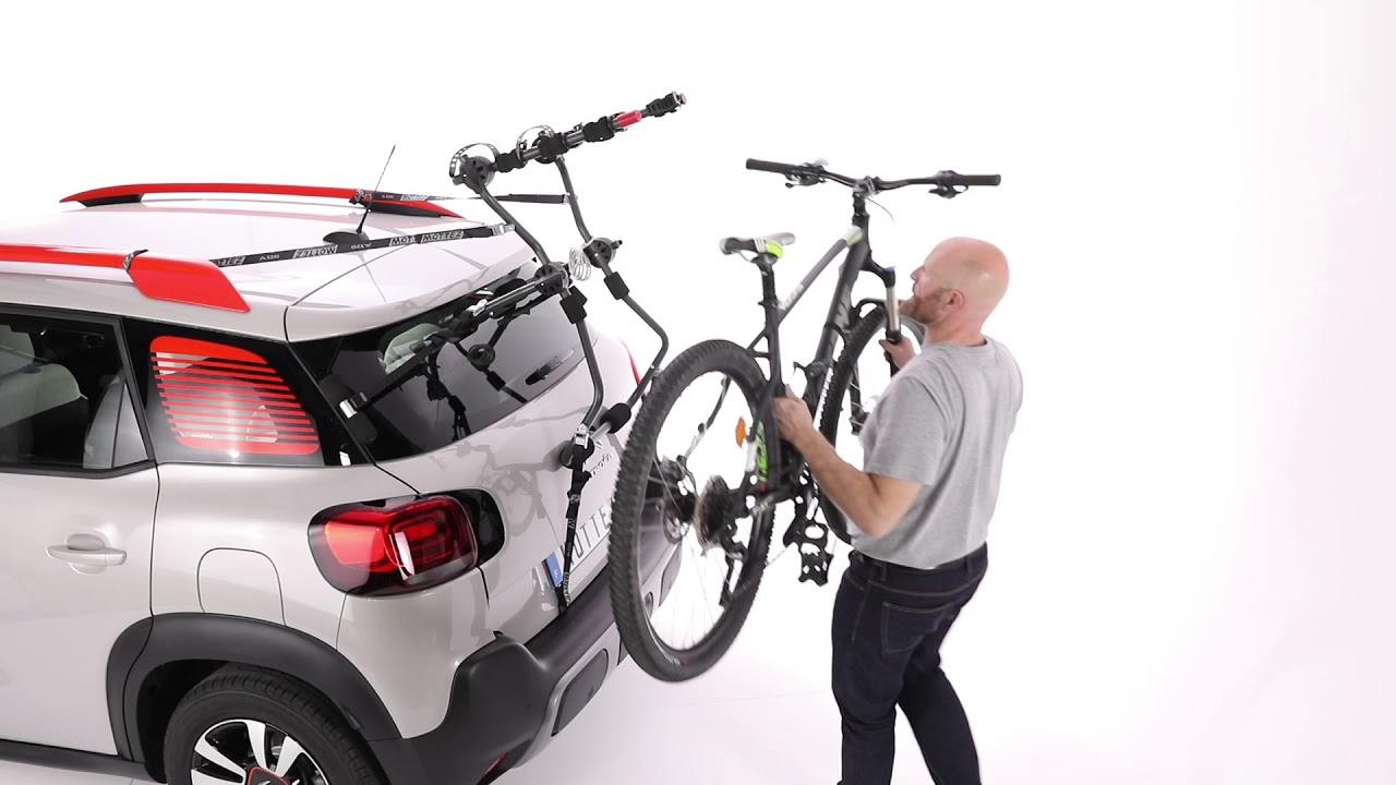 Installer des vélos sur un porte vélo