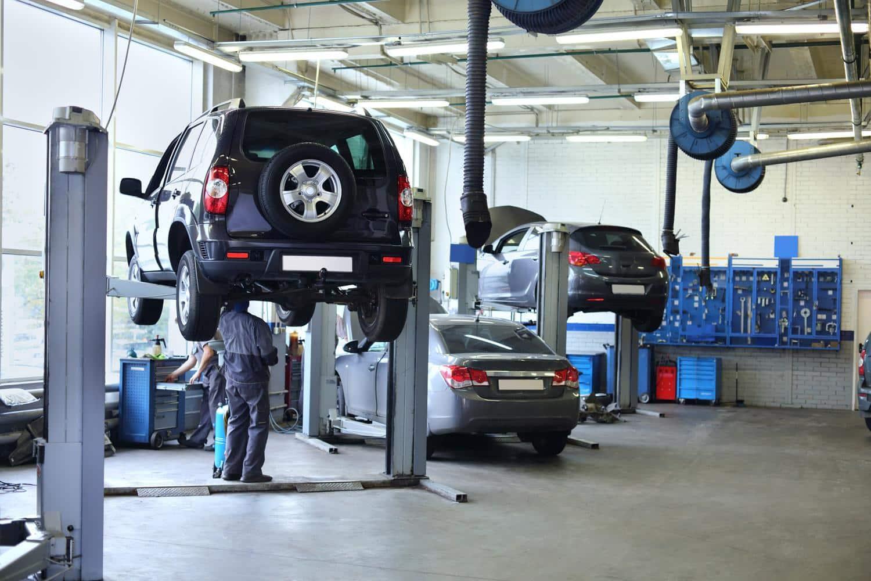 Une réparation en hauteur dans un garage