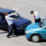 accident entre 2 voitures et deux hommes